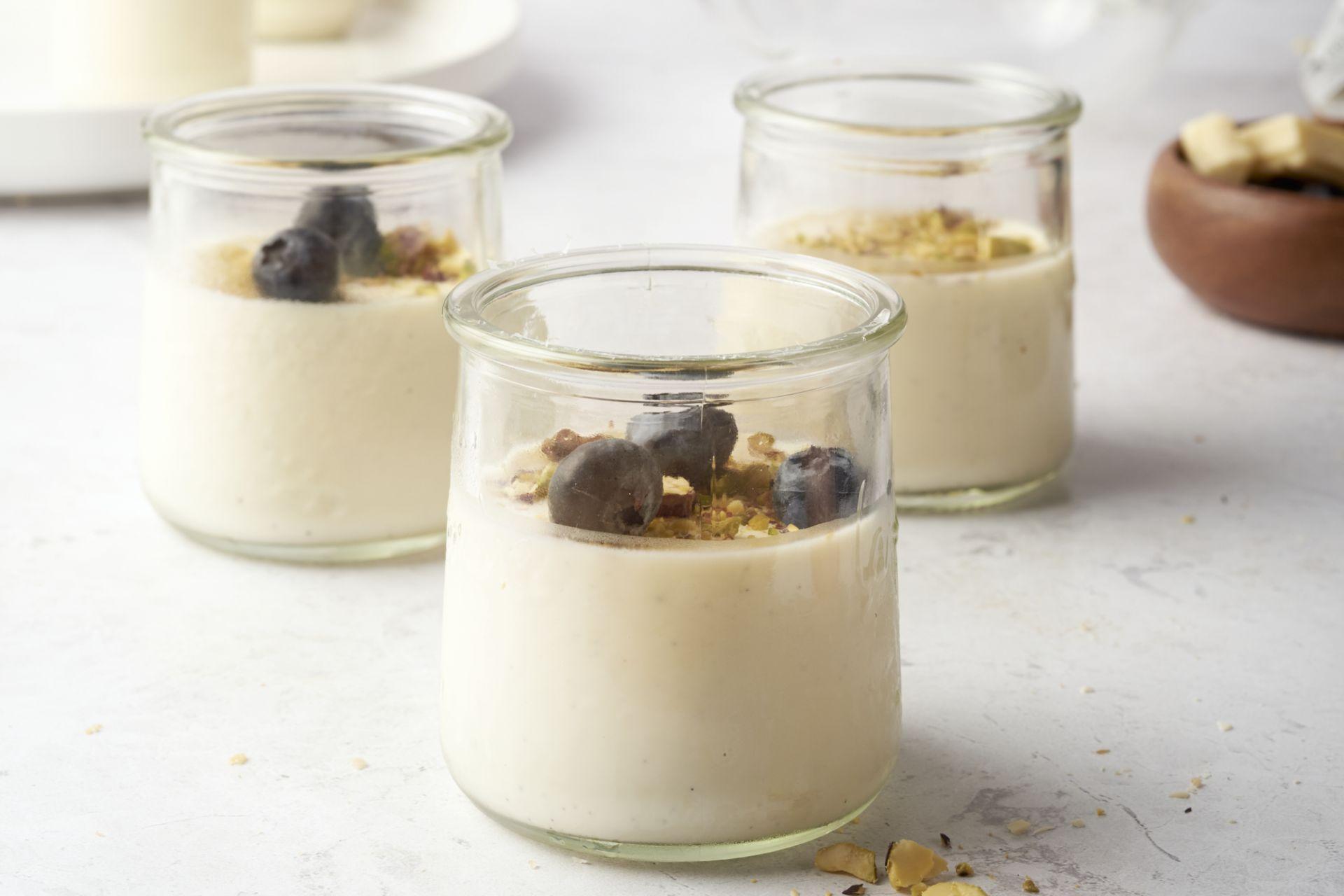 Panna cotta met witte chocolade en yoghurt