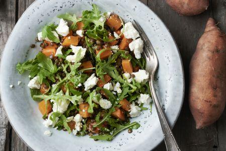 Maaltijdsalade met zoete aardappel, linzen en feta