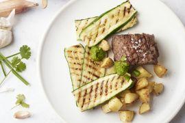 Foto van Steak chimichurri met courgette en aardappelblokjes