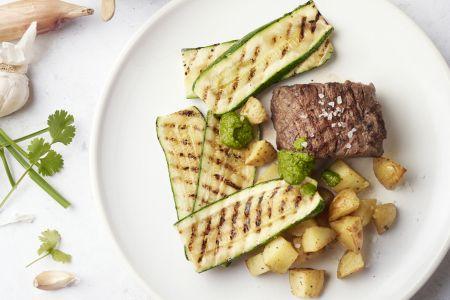 Steak chimichurri met courgette en aardappelblokjes