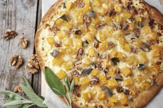 Witte pizza met pompoen, salie en walnoot
