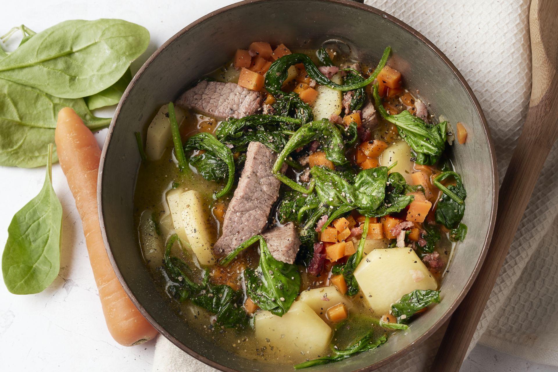 Snel stoofpotje van runderreepjes, wortel en spinazie