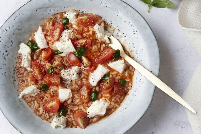 Tomatenrisotto met mozzarella en basilicumolie