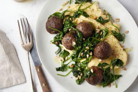 Polenta met vegetarische balletjes en spinazie