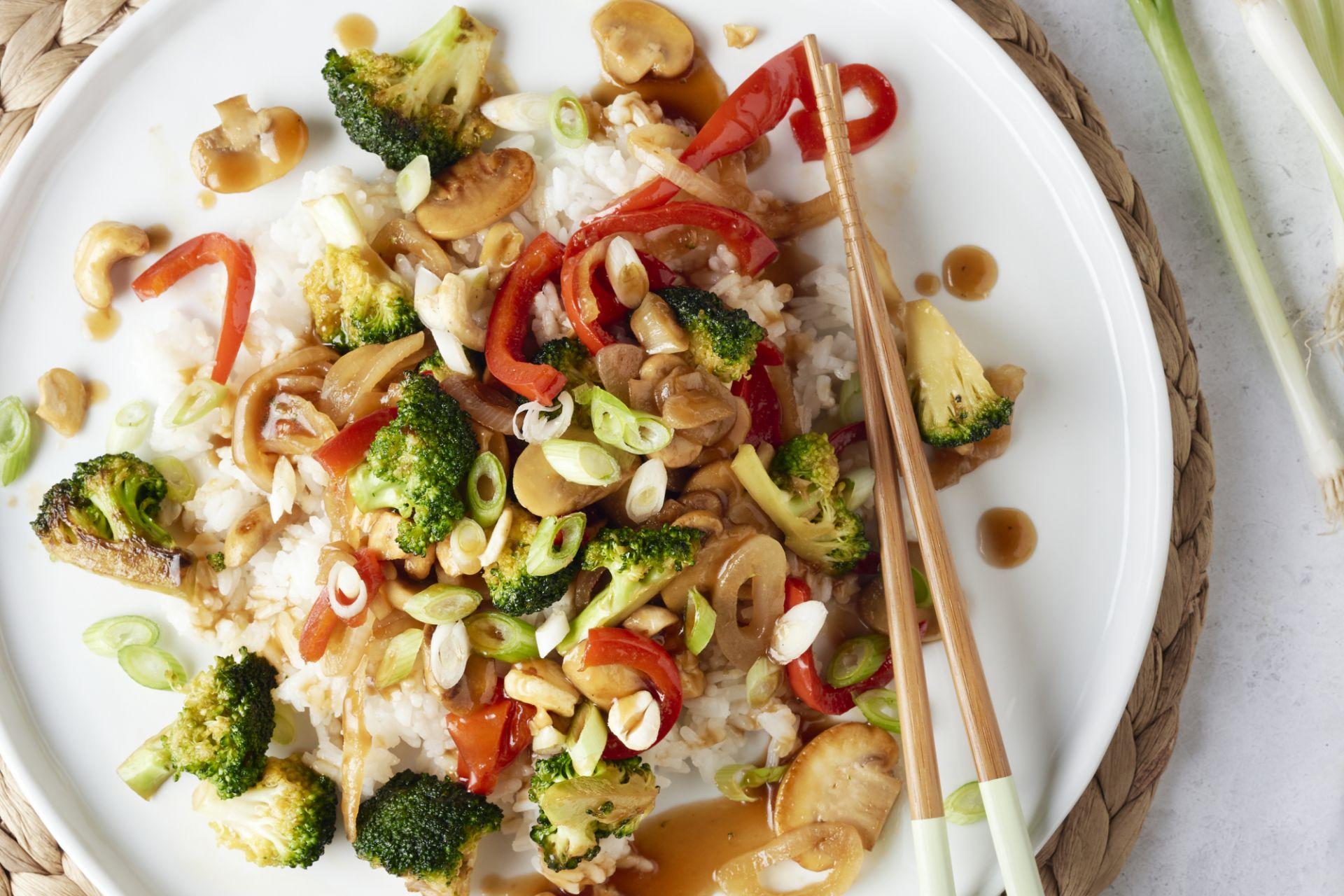 Kleverige veggie wokschotel met cashewnoten