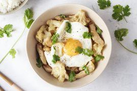 Foto van Massaman curry met kip, bloemkool en een eitje