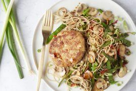 Foto van Aziatische tonijnburgers met noedels
