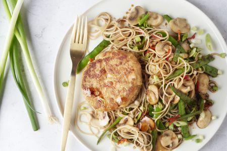 Aziatische tonijnburgers met noedels