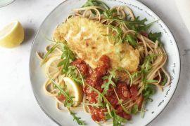 Foto van Kip Milanese met tomatensaus en linguine
