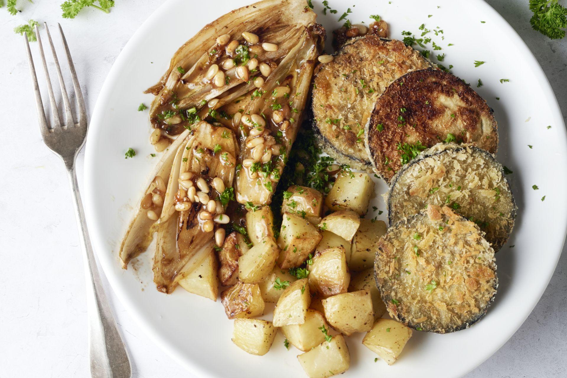 Witloof met pijnboompitten, aubergineburgers en geroosterde aardappelen
