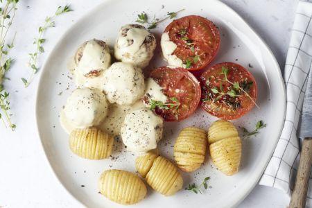 Gehaktballetjes in mosterdsaus met geroosterde tomaten en hasselback aardappeltjes