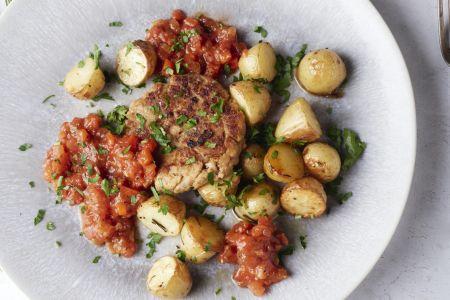 Tonijnburgers met paprika-tomatensaus en geroosterde krieltjes