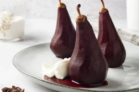 Gepocheerde peren in rode wijn met mascarponeroom