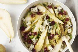 Foto van Lauwe salade van spruitjes, peer en roquefort