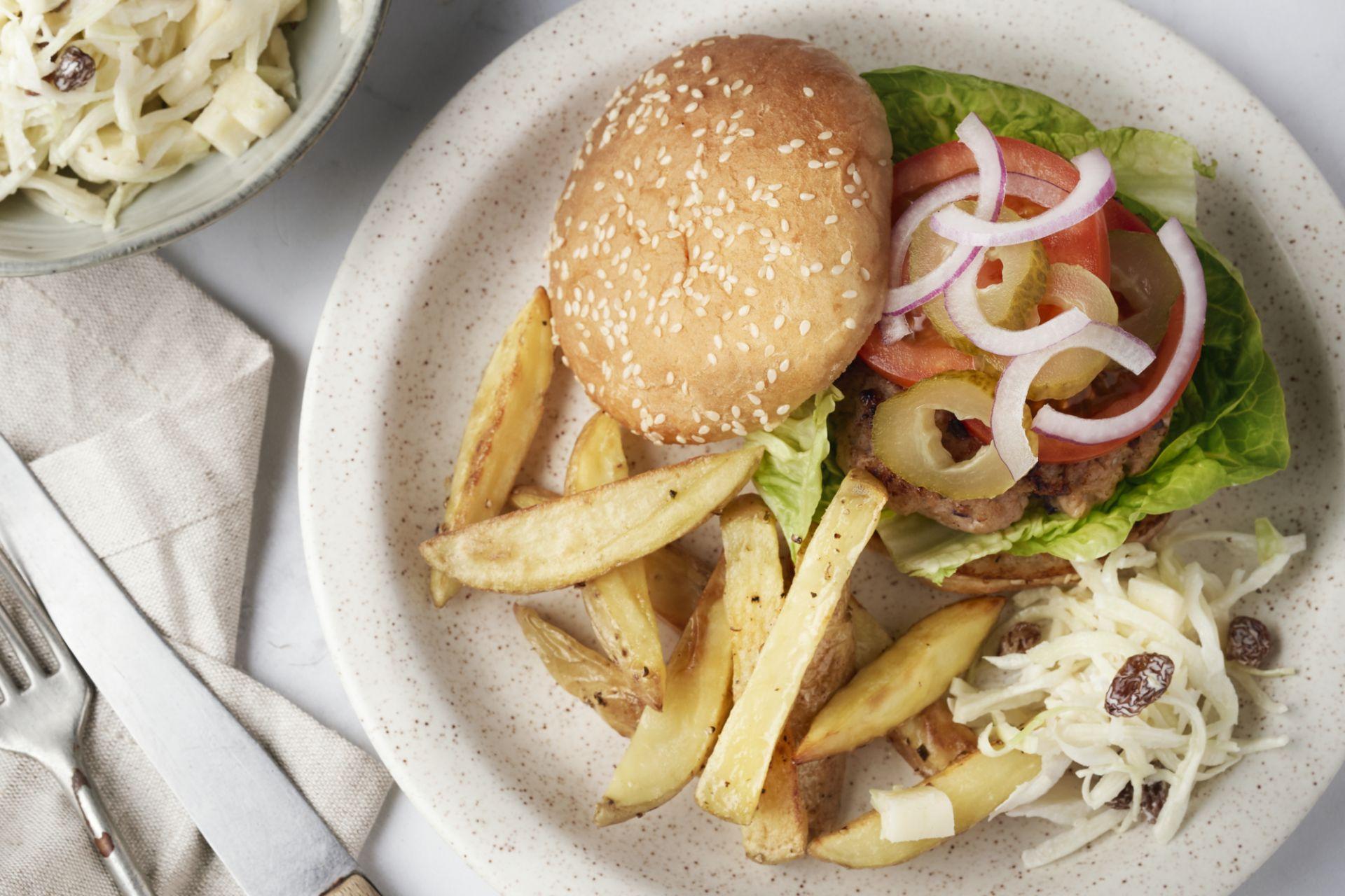 Hamburger met coleslaw en ovenfrietjes