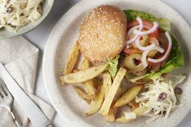 Foto van Hamburger met coleslaw en ovenfrietjes