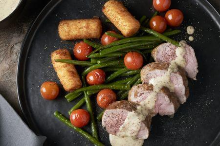 Varkenshaasje met graanmosterdsaus, boontjes en kroketten