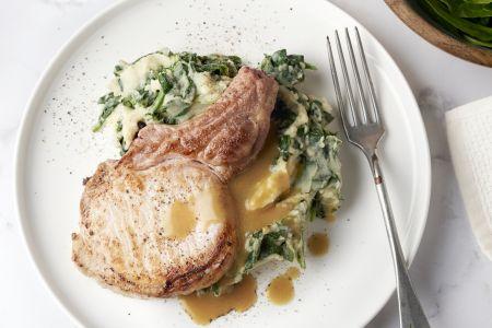 Spinaziestoemp met koteletten en vleessaus