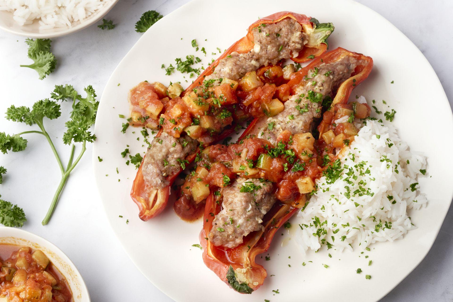 Gevulde puntpaprika's met gehakt, Zuiderse tomatensaus en rijst