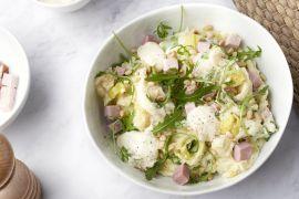 Foto van Prei-rucolastoemp met hamblokjes en kaassaus