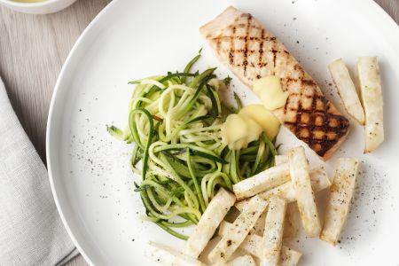 Gegrilde zalm met knolselderfrietjes, courgettespaghetti en hollandaise