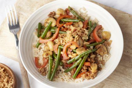 Oosterse boontjes met gehakt en bruine rijst