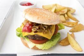 Foto van Champignon-cheeseburger met aardappelwedges