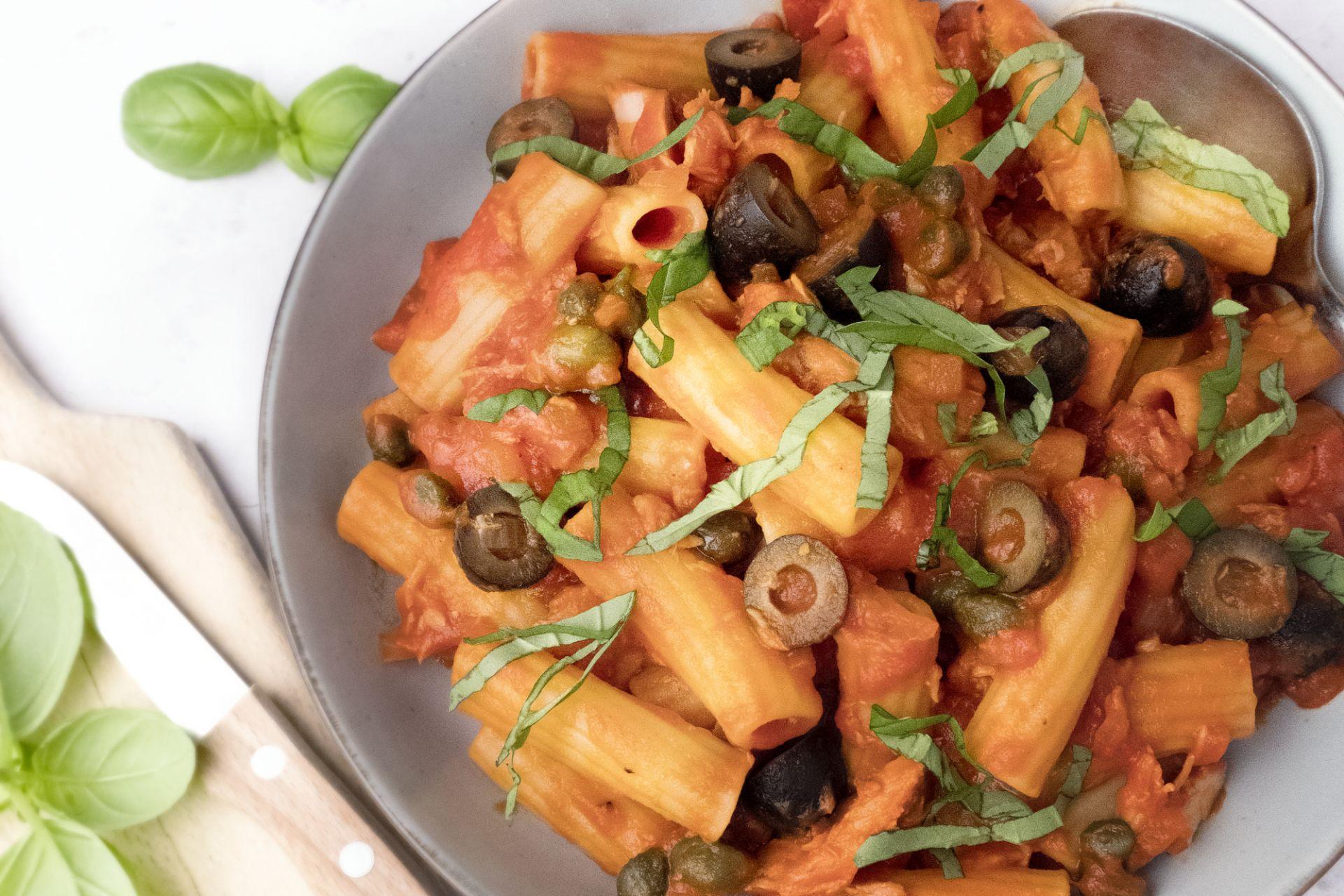 Tortiglioni met tonijn in pittige tomatensaus