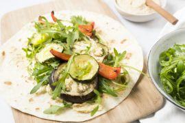 Foto van Wraps met hummus en geroosterde groenten