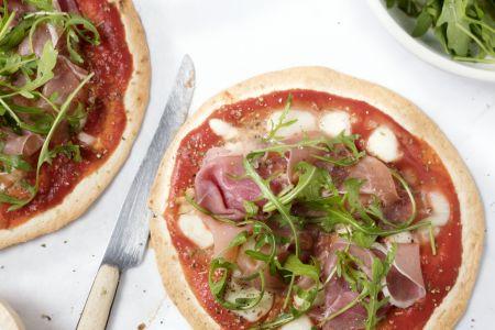 Tortizza met prosciutto, rucola en mozzarella