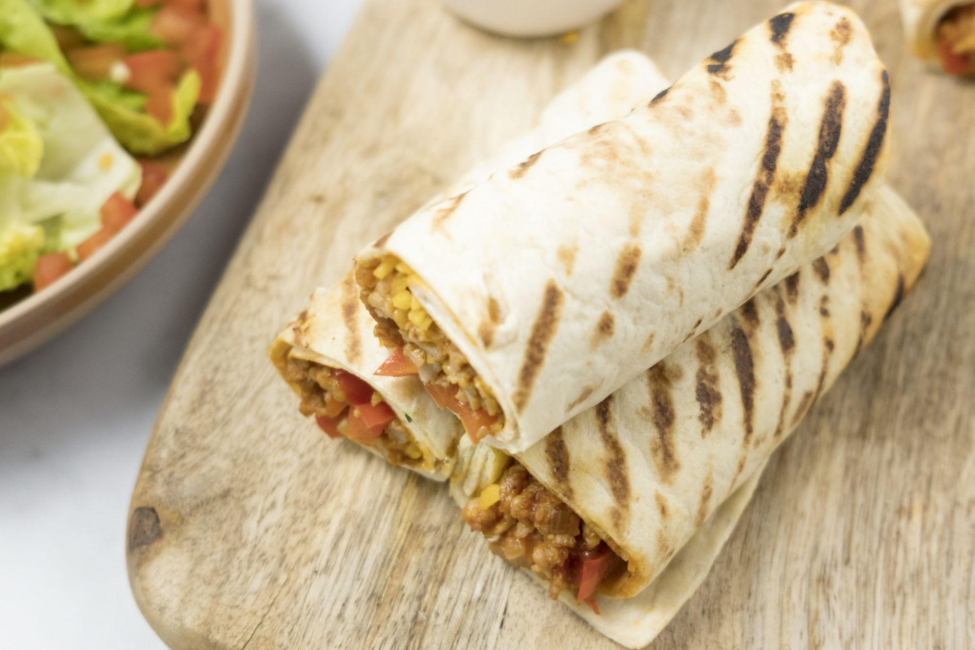 Burrito's met kippengehakt, cheddar en tomaat