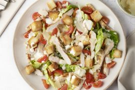 Foto van Caesar salade met gegrilde kip