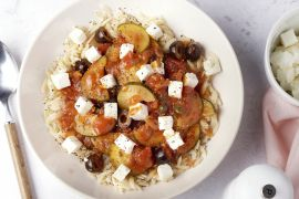 Foto van Griekse pasta met puttanescasaus en feta