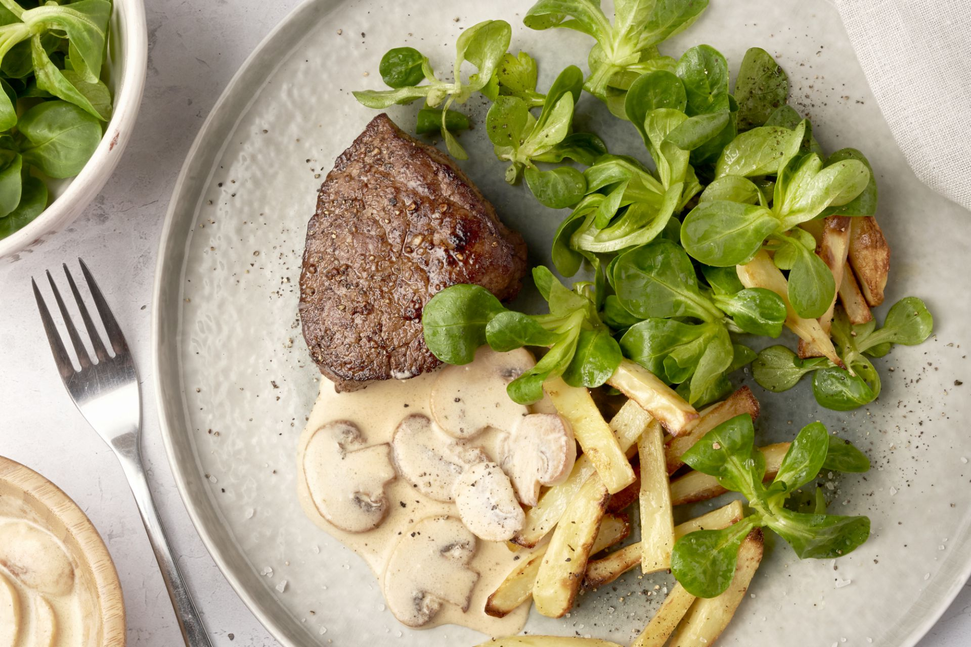 Steak met champignonroomsaus, veldsla en frietjes
