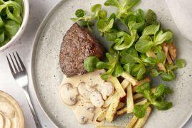 Foto van Steak met champignonroomsaus, veldsla en frietjes