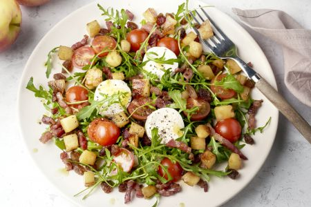 Salade met spek, geitenkaas, gebakken appeltjes en honing-mosterddressing