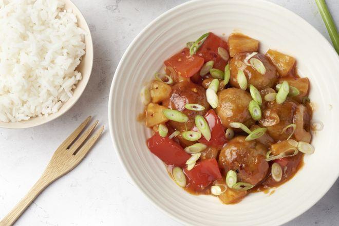 Kippenballetjes zoet-zuur met rijst