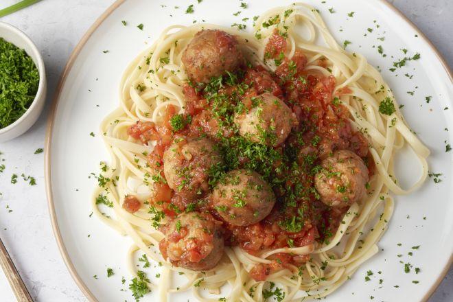 Tonijnballetjes in tomaat-paprikasaus met linguine