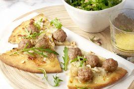 Foto van Witte pizza met gehakt, gekaramelliseerde ui en rucola