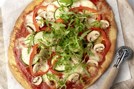 Pizza vegetale met mozzarella