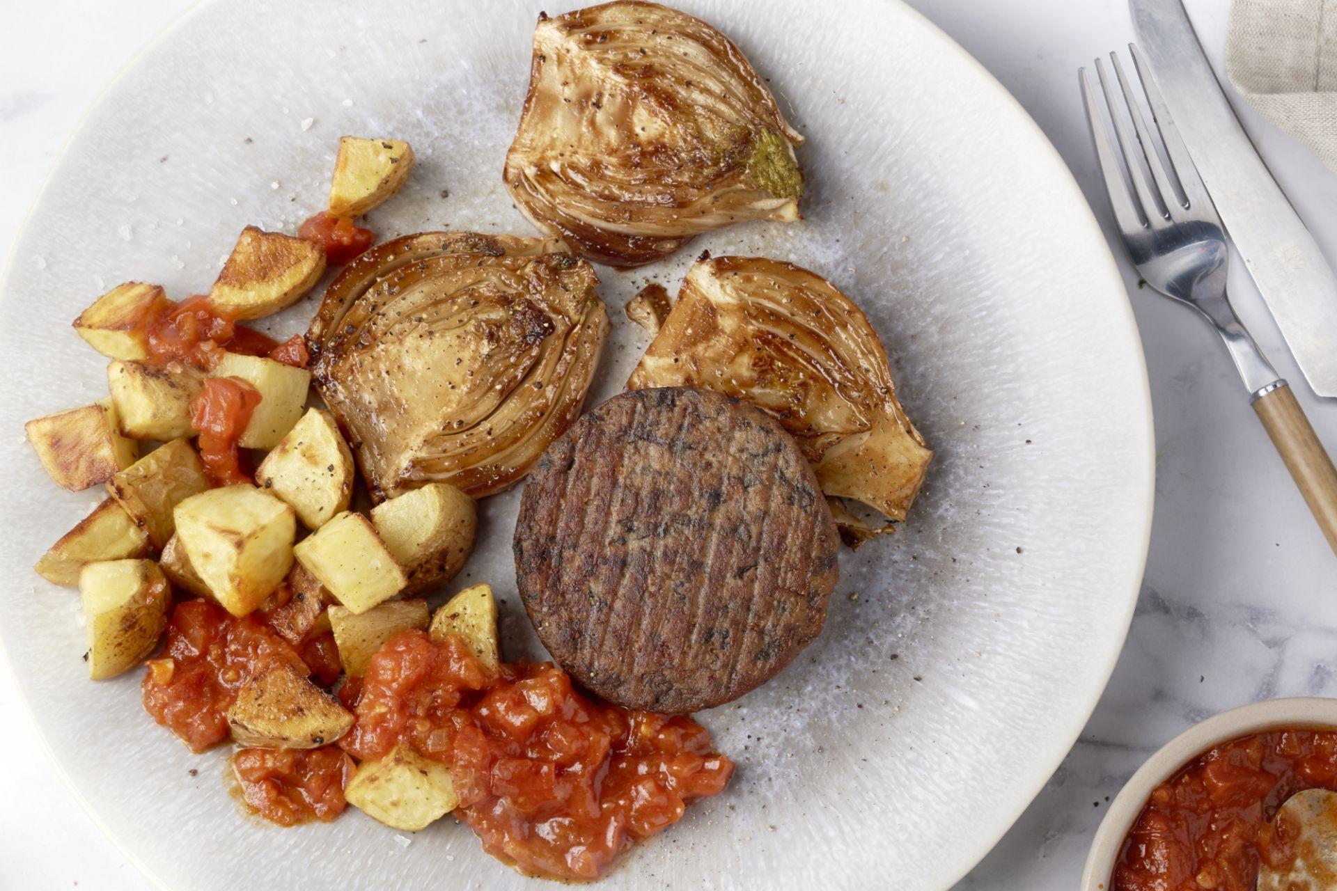 Patatas bravas met champignonburger en geglaceerde venkel