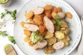 Foto van Kalkoenworst met wortelschijfjes, geplette aardappelen en peterselie-citroenpesto