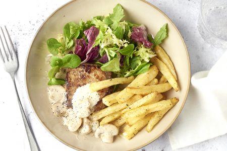 Steak met champignonroomsaus, sla en frietjes