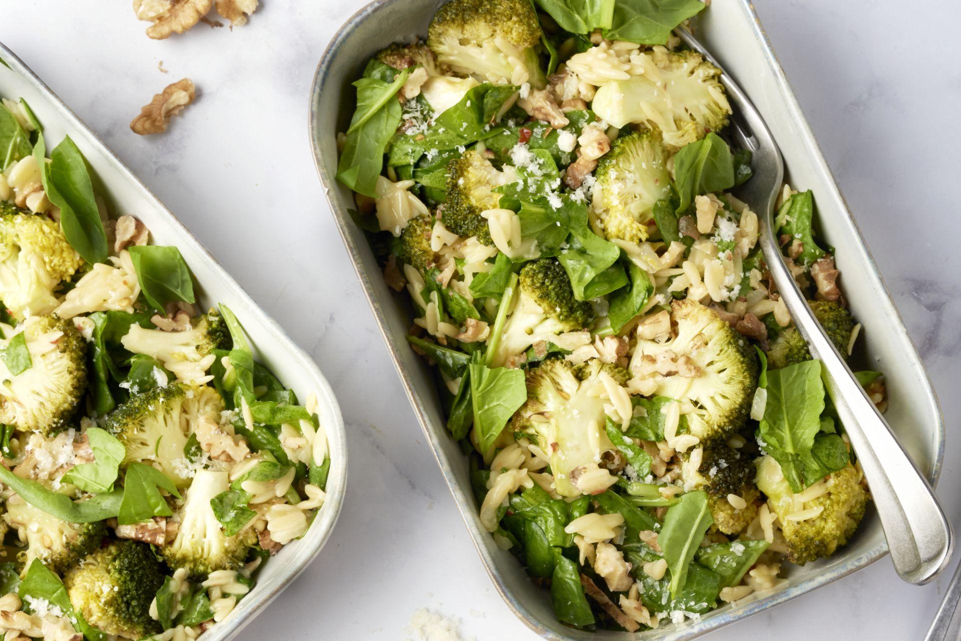 Ovenschotel met orzo, geroosterde knoflook-broccoli, citroen en walnoten