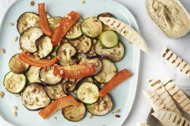 Foto van Ovengeroosterde groenten met hummus en pitakrokantjes