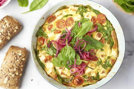 Ovenomelet met spinazie, feta, kerstomaatjes en brood