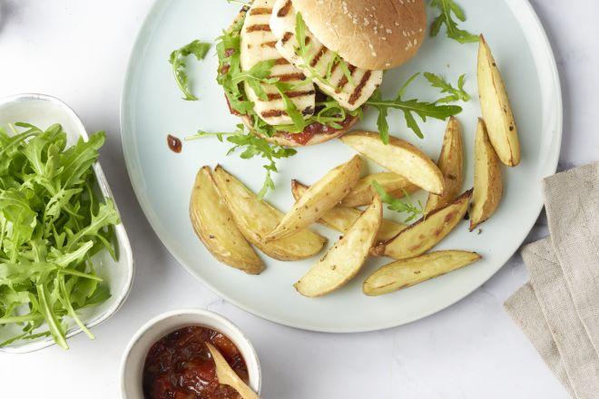 Halloumiburger met uien-tomatenchutney en aardappelwedges