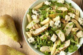 Foto van Pastasalade met gegrilde kip, peer en blauwe kaas