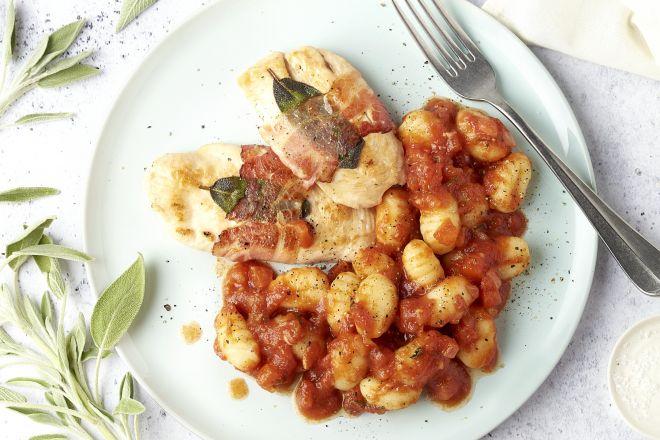 Kip saltimbocca met gnocchi pomodoro