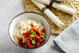 Foto van Zoetzure kip met udon noedels